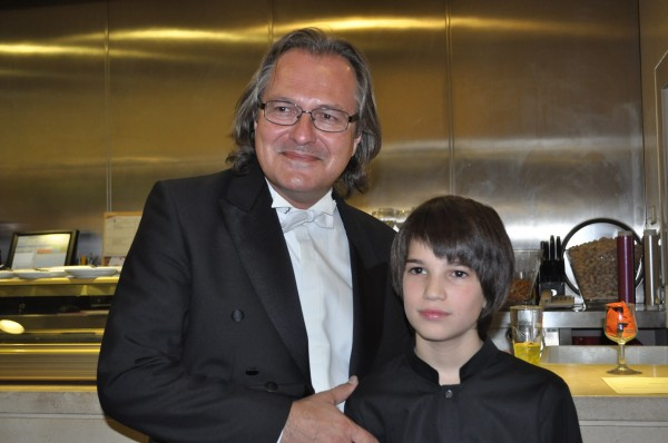 Matteo con el concertino de la orquesta Excelentia